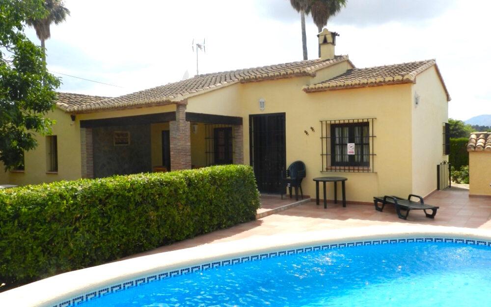 Très belle maison bien entretenue avec jardin et piscine, à la campagne près de Jalon / Xalo à louer à long terme.